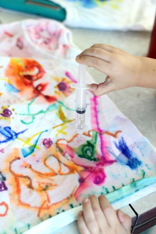 kids making sharpie tie dye