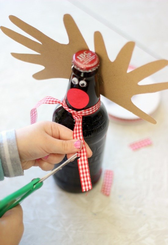 Looking for a cute Christmas gift idea for Dad? How about a pack of his favorite sodas---reindeer themed! These reindeer root beer bottles come together in a matter of minutes and are sure to be a hit this year!