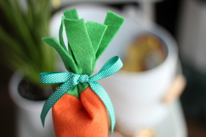 A quick 10 minute project. These carrot felt candy pouches are perfect to tuck inside an Easter basket!