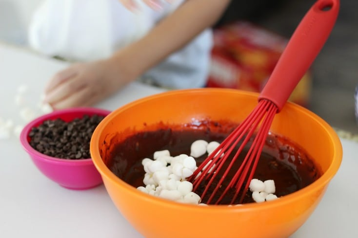 These rocky road pudding pops take about 5 minutes to prepare. Simple ingredients, simple instructions. The perfect recipe for kids!