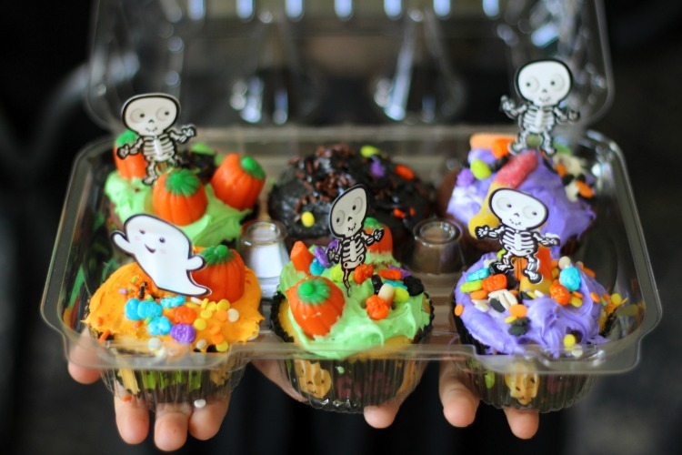 disposable cupcake tray with 6 halloween cupcakes