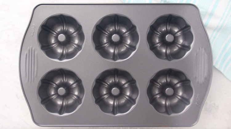 mini bundt cake pan
