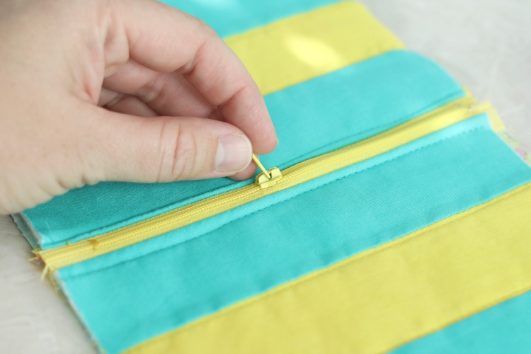 hand opening zipper before sewing side seams of bag